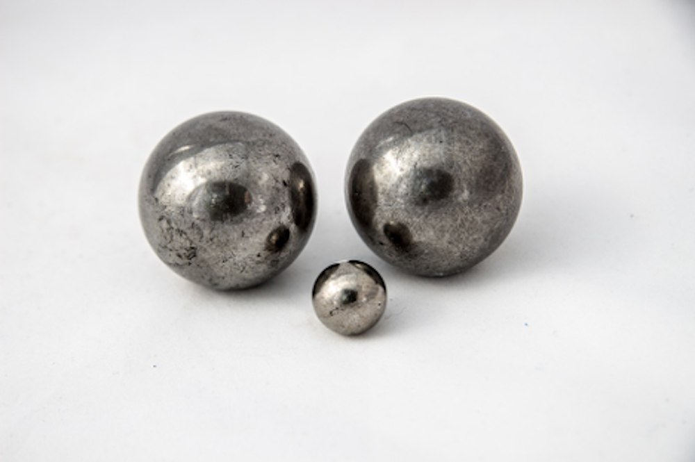 Round metal ball bearings of different sizes