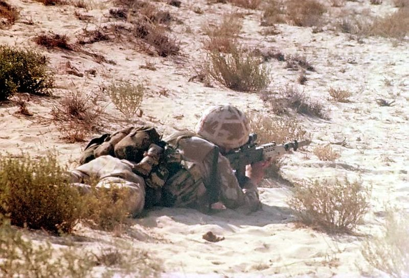 British soldier using the L85A1 in the desert